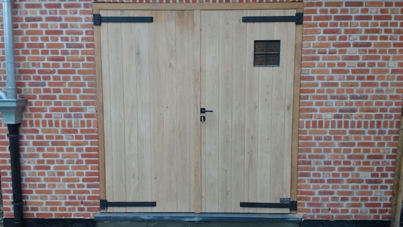 Eiken deur in gemetselde tuinberging - smeedwerk raam en scharnieren