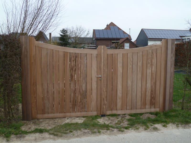 Gebogen poort met open spijlen - Iroko