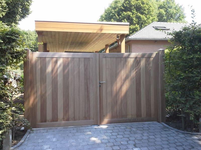 Houten poort recht ingekaderd - Iroko