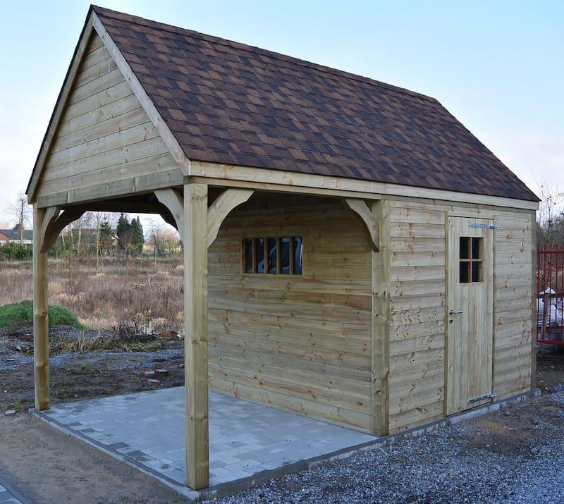 Landelijke tuinbering met zitruimte - geïmpregneerd hout en bruine dakshingles