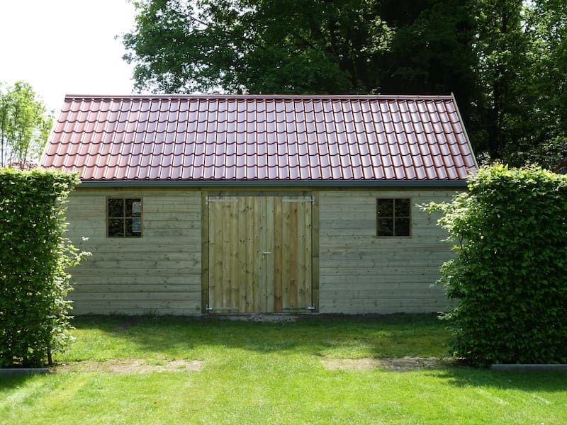 Landelijke zadeldakconstructie met dakpanplaten