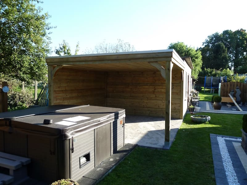 Moderne zitruimte geïmpregneerd hout