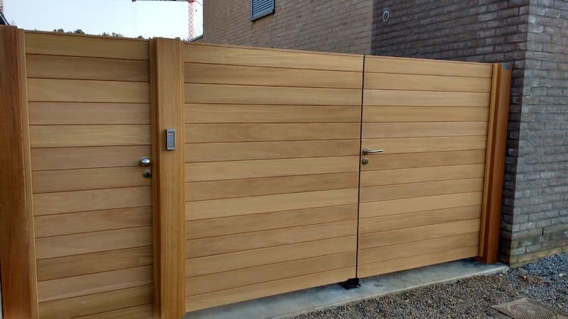 Poort en deur tegen woning - horizontale beplanking - Iroko