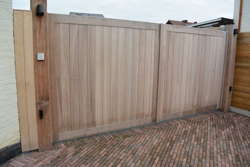 Recht ingekaderde poort - Iroko vergrijsd