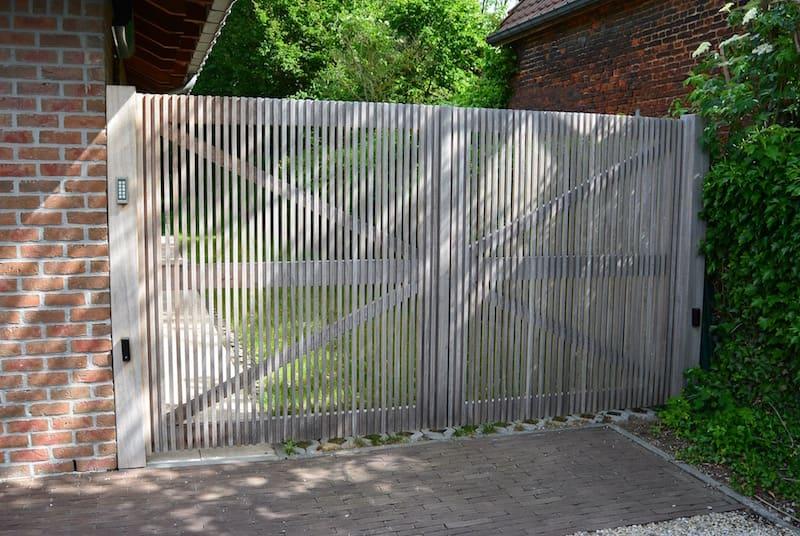 Rechte poort met fijn verticaal latwerk - Iroko