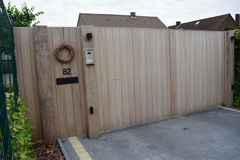Rechte strakke poort met verticale beplanking - Iroko