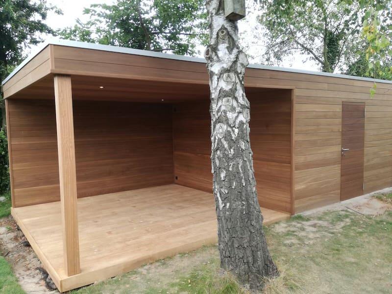 Tuinberging met zitruimte en houten terras