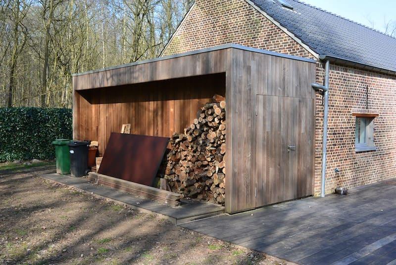 Tuinbering aangebouwd aan woning met stapelplaats brandhout in Thermische essenhout