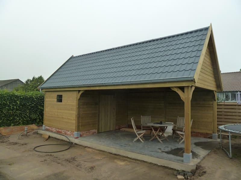 Tuinbering - zitruimte met dakbedekking in stalen dakpanplaten